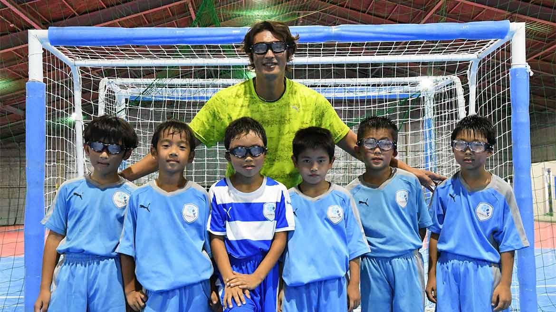 元サッカー日本代表のFWの巻誠一郎選手と【SWANS】が、サッカーを愛する熊本の子どもたちに、スポーツ中の危険から眼を守るめがねを寄付!