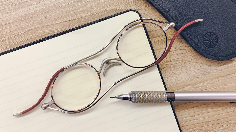 【まるで本のしおりのよう…】老眼鏡デビューを後押しする、薄くて軽いリーディンググラス